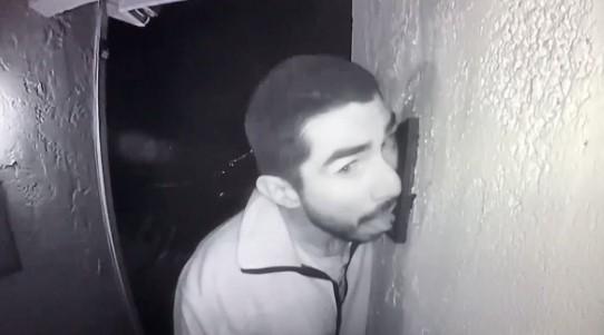 Polis, 3 saat boyunca kapı zili yalayan adamı arıyor!