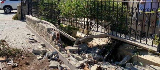 Direksiyon hakimiyetini kaybedip bahçe duvarına çarptı