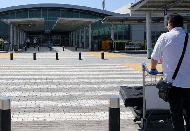 İngiltere'den turistler Güney Kıbrıs'a gelmeye başladı