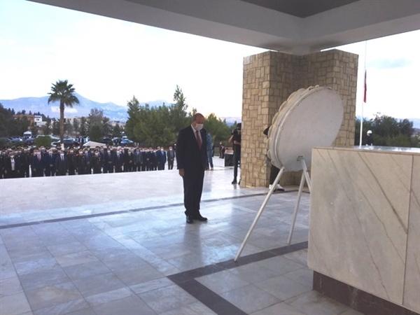 15 Kasım Cumhuriyet Bayramı… Dr. Fazıl Küçük'ün Anıt Mezarı'na çelenk sunuldu