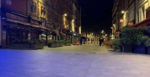 İngiltere'de Covid-19 önlemleri kapsamında bar ve restoranlar erken kapanmaya başladı