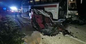 Otobüse çarpan araç ikiye bölündü:...